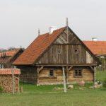 houten huisj in een veld