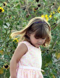 Een kind tuurt naar de natuur op de grond