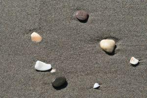 Stenen in zand